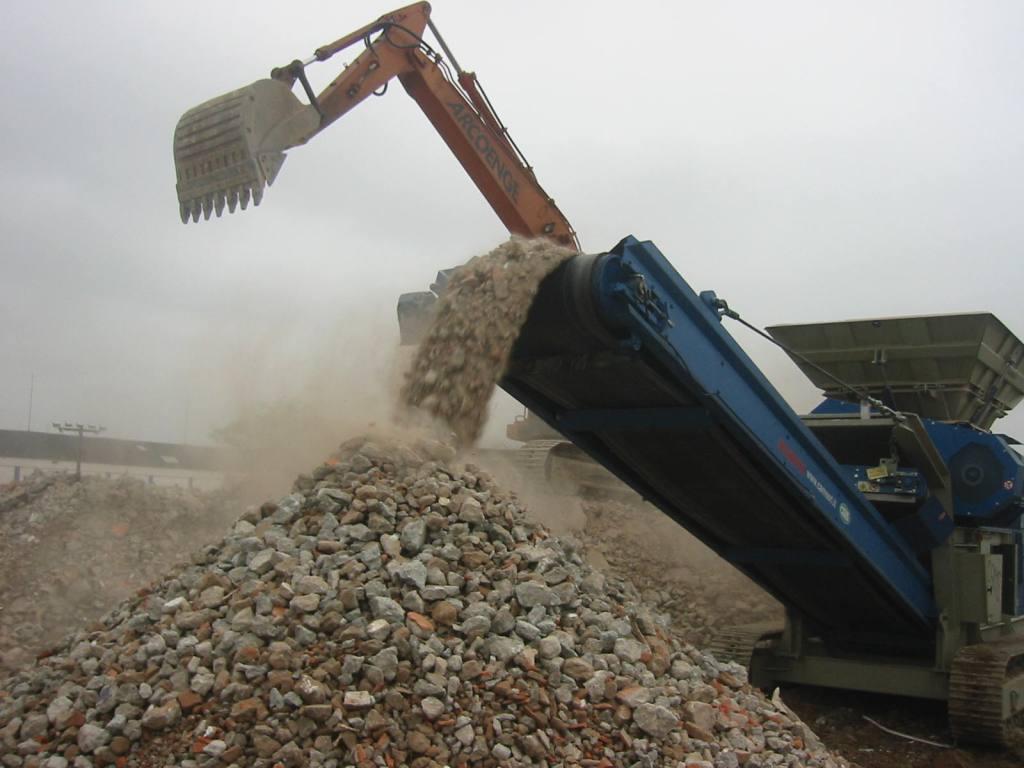 enorme desperdício de material advindos dos restos de obras o entulho #344D61 1024x768
